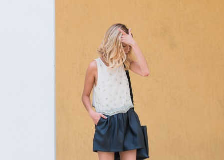 Outfit_Forever21_Embroidery_Top_HM_Faux_Leather_Shorts_Nine_West_Heels_Free_People_Handbag_6